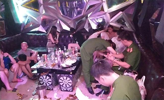Hưng Yên: Đột kích quán karaoke PhanTom, phát hiện 93 thanh niên đang bay lắc - Ảnh 1