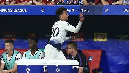 Chung kết Champions League: Hành động cục súc đến khó tin của Dele Alli khi bị rút ra khỏi sân - Ảnh 1