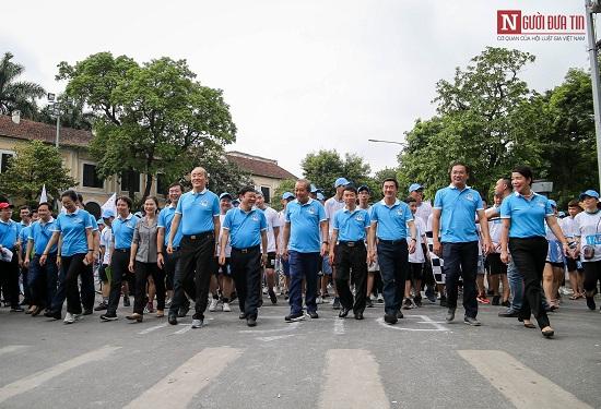 """Phó Thủ tướng Trương Hòa Bình cùng hàng ngàn người xuống đường, hưởng ứng """"Đi bộ vì sức khỏe"""" - Ảnh 1"""