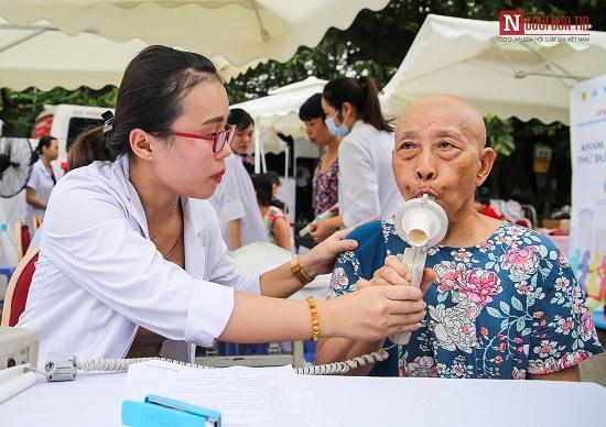 """Phó Thủ tướng Trương Hòa Bình cùng hàng ngàn người xuống đường, hưởng ứng """"Đi bộ vì sức khỏe"""" - Ảnh 10"""