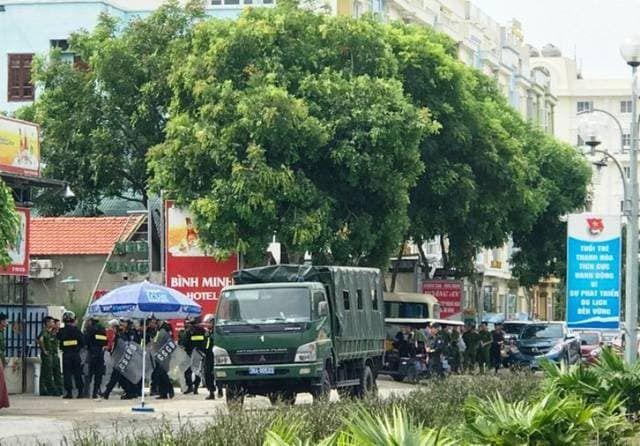 Vụ xô xát, đập phá nhà hàng ở biển Hải Tiến: Hàng chục cảnh sát vẫn phải cắm chốt bảo vệ - Ảnh 1