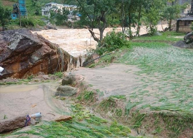 Lào Cai: Lũ quét lúc nửa đêm đánh sập cầu treo ở Sa Pa, nhiều bản làng bị cô lập - Ảnh 1