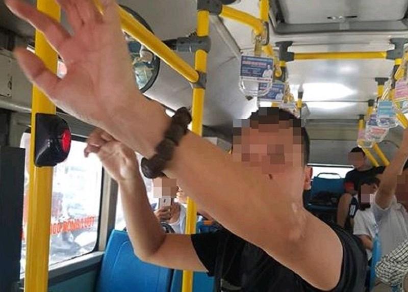 """Vụ kẻ biến thái """"tự sướng"""" trên xe buýt ở Hà Nội: Chưa có chế tài riêng để xử lý hành vi - Ảnh 1"""