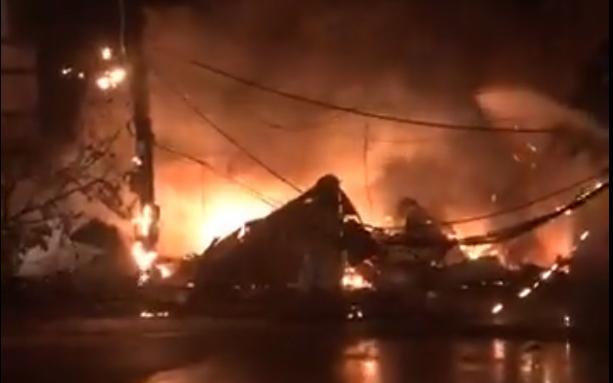 """Lâm Đồng: """"Bà hỏa"""" thiêu rụi 12 ki ốt giữa đêm khuya, gây thiệt hại lớn về tài sản - Ảnh 1"""