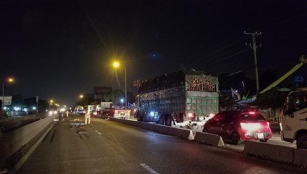 Bình Dương: Xe container tông tử vong 2 thanh niên đi xe máy rồi bỏ trốn - Ảnh 1