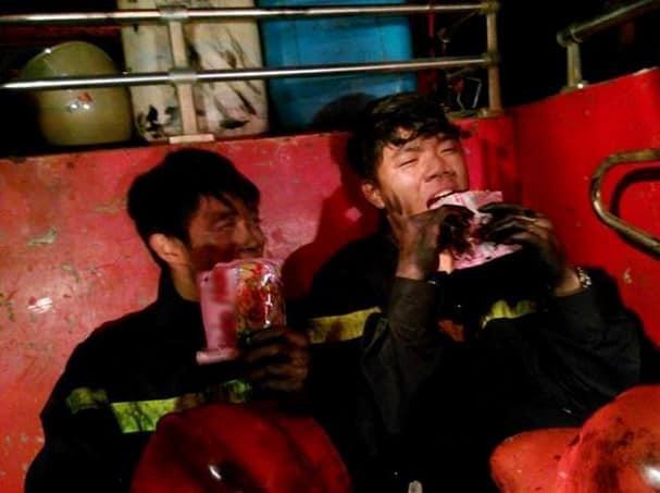 Hình ảnh cảm động trong vụ cháy rừng ở Hà Tĩnh: Những gương mặt đổi màu vì khói bụi - Ảnh 10