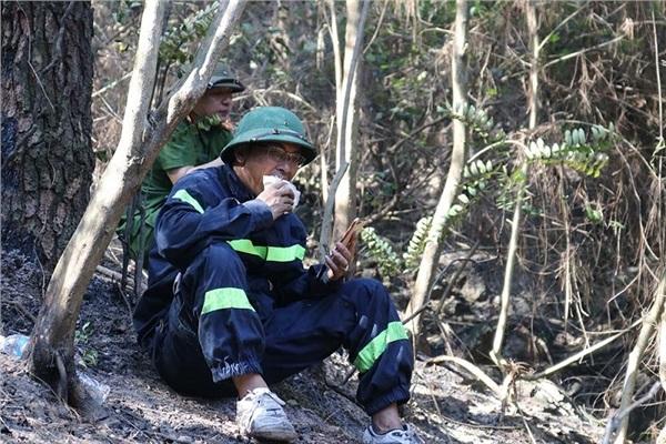 Hình ảnh cảm động trong vụ cháy rừng ở Hà Tĩnh: Những gương mặt đổi màu vì khói bụi - Ảnh 2
