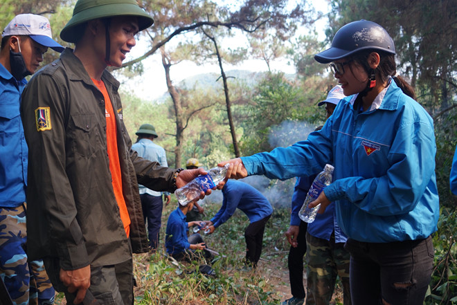 Hình ảnh cảm động trong vụ cháy rừng ở Hà Tĩnh: Những gương mặt đổi màu vì khói bụi - Ảnh 5