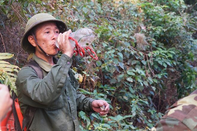 Hình ảnh cảm động trong vụ cháy rừng ở Hà Tĩnh: Những gương mặt đổi màu vì khói bụi - Ảnh 6