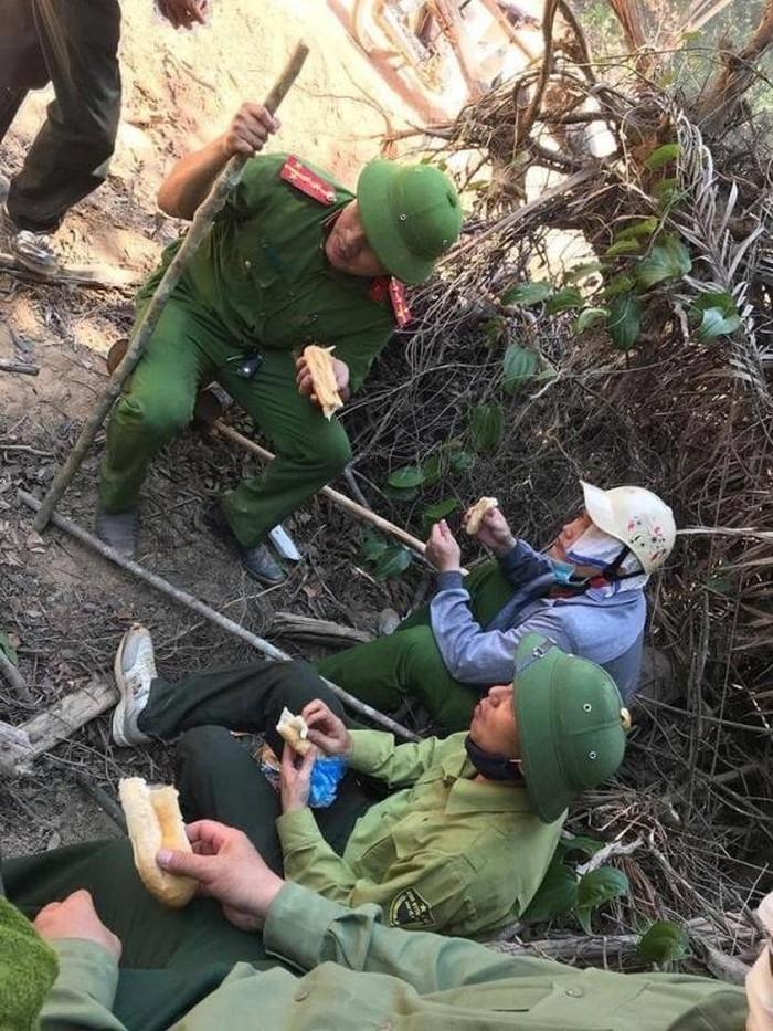 Hình ảnh cảm động trong vụ cháy rừng ở Hà Tĩnh: Những gương mặt đổi màu vì khói bụi - Ảnh 7
