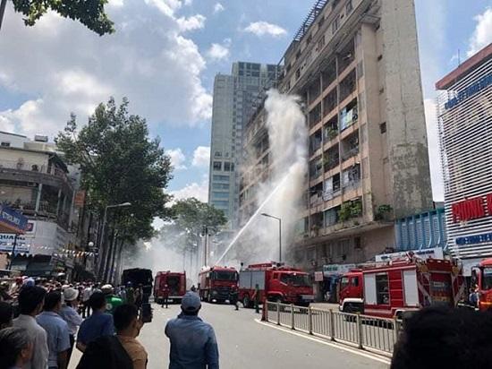 Nhiều sinh viên mắc kẹt, chờ giải cứu trong đám cháy ký túc xá trường Cao đẳng kỹ thuật Cao Thắng - Ảnh 2