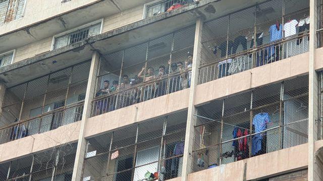 Nhiều sinh viên mắc kẹt, chờ giải cứu trong đám cháy ký túc xá trường Cao đẳng kỹ thuật Cao Thắng - Ảnh 3