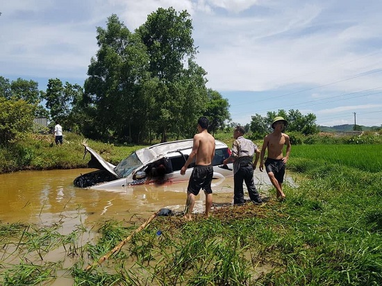 Nghệ An: Ô tô 7 chỗ lao xuống hố sâu, 6 người thương vong - Ảnh 1