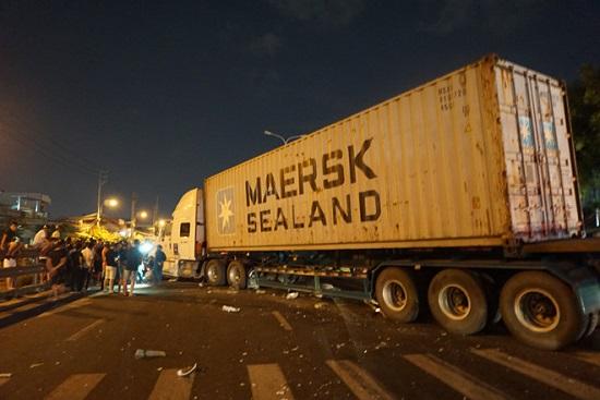 Đà Nẵng: Mất lái, container lao qua dải phân cách, tông 4 người thương vong - Ảnh 1