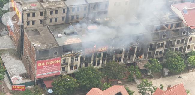 Hiện trường vụ cháy kinh hoàng ở Thiên đường Bảo Sơn, nhiều biệt thự bị thiêu rụi - Ảnh 6