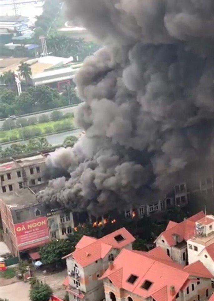 Cháy lớn tại Thiên đường Bảo Sơn: Nhiều biệt thự bị thiêu rụi, cột khói cao cả trăm mét - Ảnh 1