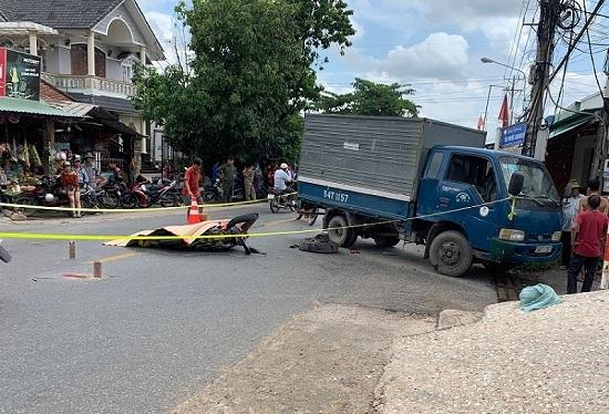 Bình Dương: Chạy xe tốc độ cao tông vào ô tô tải, thiếu niên 17 tuổi tử vong tại chỗ - Ảnh 1