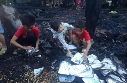 Sét đánh cháy nhà trong lúc ba mẹ đi vắng, 3 anh em thẫn thờ nhặt từng trang sách trong đống tro tàn - Ảnh 1