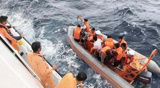 Đưa 2 thi thể được tìm thấy gần khu vực tàu cá NA 95899 TS bị đâm chìm vào bờ - Ảnh 1