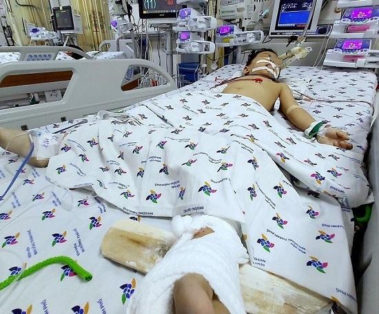 TP HCM: Trèo qua máy giặt ngoài ban công, bé trai 5 tuổi rơi từ tầng 12 chung cư xuống đất - Ảnh 1