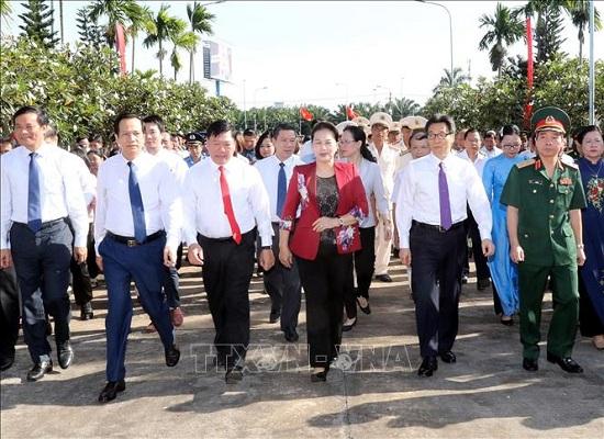 Chủ tịch Quốc hội dâng hương tưởng niệm các Anh hùng liệt sĩ tại Vĩnh Long - Ảnh 3