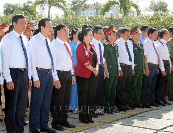 Chủ tịch Quốc hội dâng hương tưởng niệm các Anh hùng liệt sĩ tại Vĩnh Long - Ảnh 4