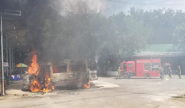 Đồng Nai: Dừng xe để khách đi vệ sinh, xe 16 chỗ bất ngờ cháy rụi - Ảnh 1