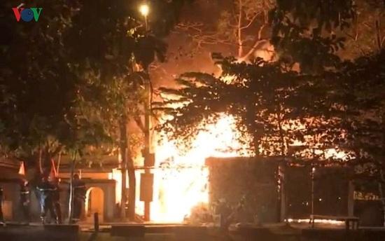 Thừa Thiên Huế: Xưởng gỗ cháy lớn giữa đêm khuya, thiêu rụi nhiều tài sản - Ảnh 1