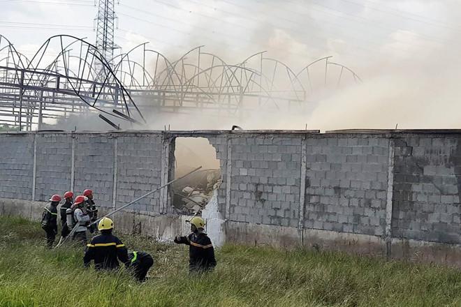 TP. HCM: Cháy xưởng nệm mút 1.000 m2, cảnh sát PCCC đập tường tiếp cận hiện trường - Ảnh 1