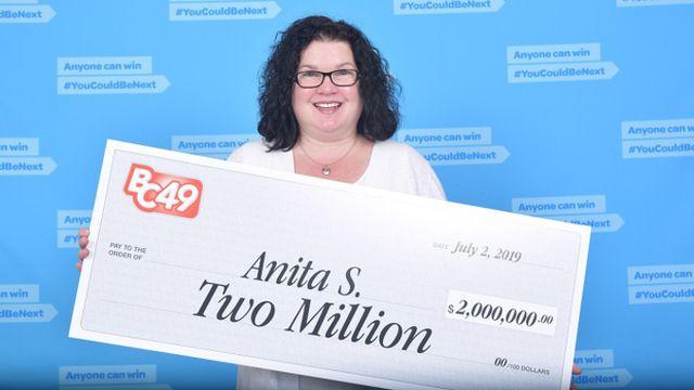 Mua vé số khi đang chờ mua bánh pizza, người phụ nữ bất ngờ trúng độc đắc 2 triệu USD - Ảnh 1