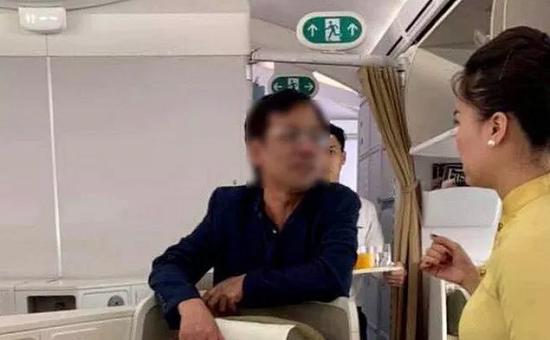 Vụ đại gia bị tố sàm sỡ cô gái trên máy bay Vietnam Airlines: Người trong cuộc phân trần - Ảnh 1
