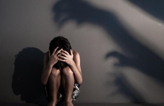 Vĩnh Long: Khởi tố người đàn ông dâm ô bé gái lớp 4 tại trường học - Ảnh 1