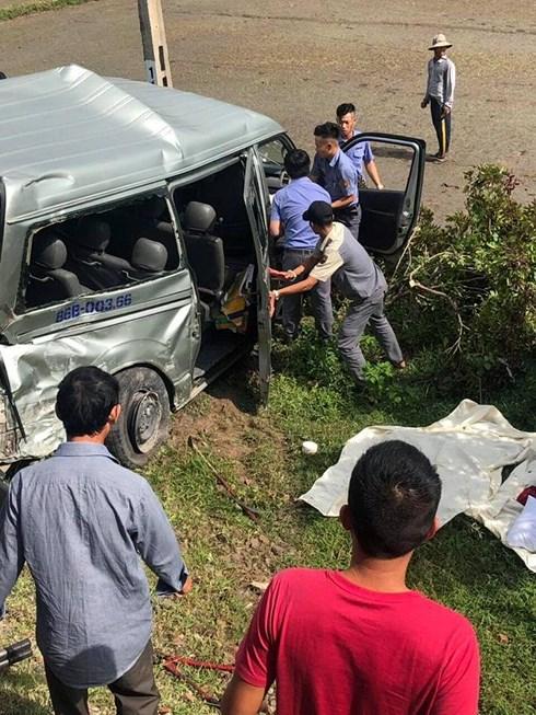 Xót xa hiện trường vụ tai nạn đường sắt nghiêm trọng ở Bình Thuận khiến 3 người tử vong - Ảnh 1