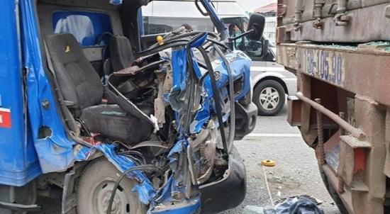 Hà Nội: Ô tô tải đâm vào đuôi container đang đậu trên cầu, 2 người thương vong - Ảnh 1