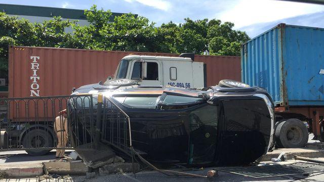 Hà Nội: Bị container đâm lật ngang, 2 mẹ con nữ tài xế may mắn thoát nạn - Ảnh 1