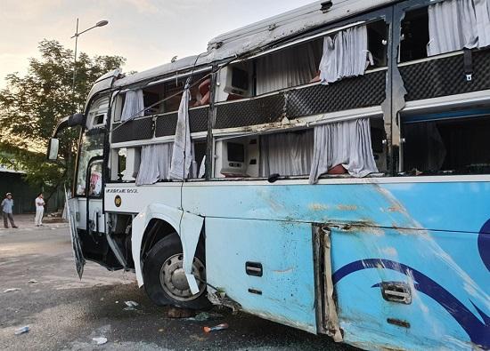 Hiện trường vụ va chạm giữa 2 xe khách khiến hơn 40 người thương vong: Đầu xe vỡ nát, hành khách la hét - Ảnh 2