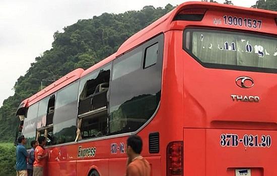 Hòa Bình: Đang đỗ bên đường, xe tải bị ô tô khách tông từ phía sau, 16 người thương vong - Ảnh 2