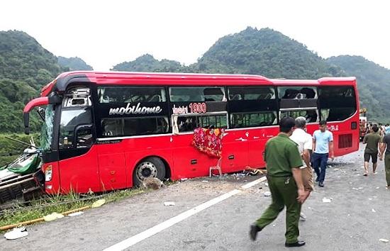 Hòa Bình: Đang đỗ bên đường, xe tải bị ô tô khách tông từ phía sau, 16 người thương vong - Ảnh 3