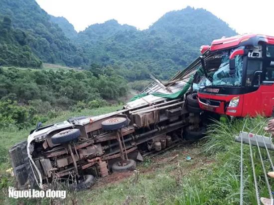 Hòa Bình: Đang đỗ bên đường, xe tải bị ô tô khách tông từ phía sau, 16 người thương vong - Ảnh 5