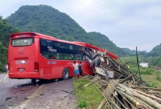 Hòa Bình: Đang đỗ bên đường, xe tải bị ô tô khách tông từ phía sau, 16 người thương vong - Ảnh 1