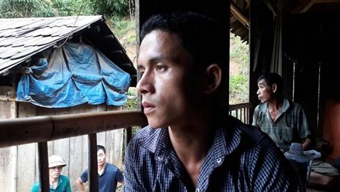 Xót xa 6 thành viên trong một gia đình bị lũ cuốn, người đàn ông thất thần mong ngóng tin thân nhân - Ảnh 1