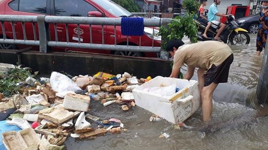 Ngập nặng ở Phú Quốc sau 3 ngày mưa lớn, nhiều nơi bị cô lập - Ảnh 3