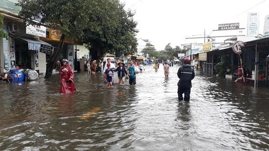 Ngập nặng ở Phú Quốc sau 3 ngày mưa lớn, nhiều nơi bị cô lập - Ảnh 6