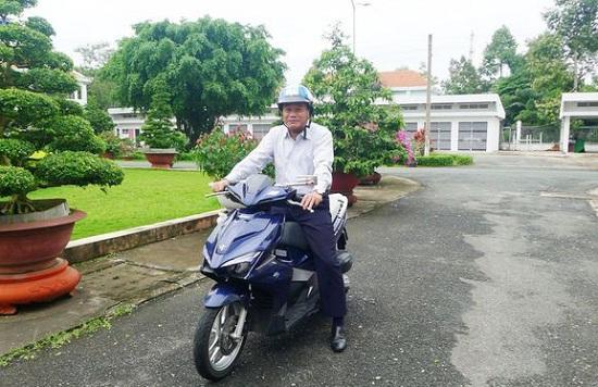 Chủ tịch UBND tỉnh Đồng Tháp chia sẻ lý do tự chạy xe máy đi làm cả chục năm qua - Ảnh 1