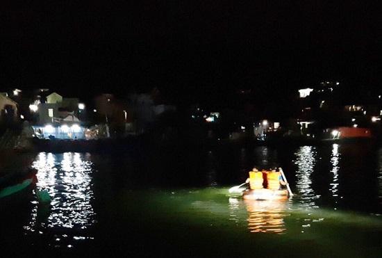 Thanh Hóa: Lật đò khiến 3 tấn ngao cùng 7 người rơi xuống sông - Ảnh 1