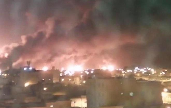 Nhà máy, mỏ dầu bốc cháy ngùn ngụt vì bị máy bay không người lái tấn công - Ảnh 1