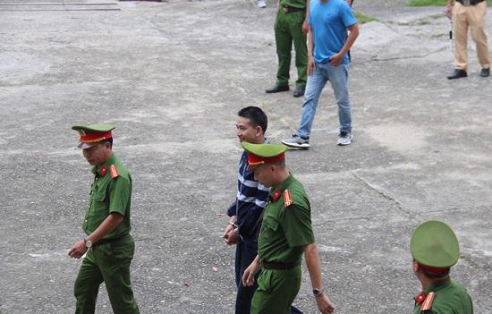 """Bản án 2 năm tù về tội chống người thi hành công vụ đối với """"thánh chửi"""" Trần Đình Sang - Ảnh 1"""