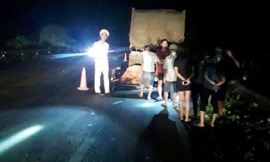 Đâm phải xe đầu kéo đang đậu trên cao tốc Nội Bài-Lào Cai, 2 thanh niên tử vong tại chỗ - Ảnh 1