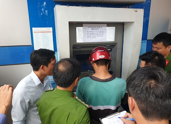 Những chiếc camera lạ ở cây ATM hé lộ thủ đoạn rút trộm tiền tinh vi của nhóm đối tượng ngoại quốc - Ảnh 1