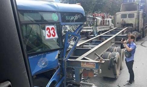 TP HCM: Xe bus đâm đuôi xe container, hàng chục hành khách trên xe hoảng loạn la hét - Ảnh 1